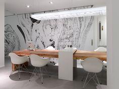 Espacio limpio y luminoso, el detalle de madera de la mesa resalta sobre los tonos claros del conjunto. Nos gusta