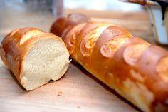 Sådan bager du luftige hvedeflutes, som laves med manitoba hvedemel. Og hemmeligheden er at trille dine flutes sammen af en flad dej. Til to luftige hvedeflutes skal du bruge: 2 deciliter mælk 30 g…