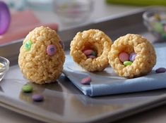 Need a quick last minute treat for Easter? Why not make these cute Rice Krispies Hidden Surprise Easter Egg Treats? It is a fun way to enjoy rice krispies treats with an fun Easter twist. Form the traditional krispie treats… Holiday Treats, Holiday Recipes, Reis Krispies, Desserts Ostern, Easter Treats, Easter Snacks, Easter Desserts, Fruit Snacks, Rice Krispie Treats