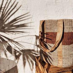 Sac en toile de jute aux couleurs naturelles Decoration, Tropical, Mood, Natural Colors, Hessian Fabric, Basket, Stuff Stuff, Home Decoration, Decor