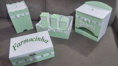 """Kit bebê Personalizado """"Mimo 2"""" Verde e Branco com passa fita 7 peças! (KIT VENDIDO - Mas aceitamos encomendas para as mesmas peças ou conforme seu desejo) Composto por: 1 kit Higiene (uma bandeja com 3 potinhos com tampas), 1 porta fraldas personalizado com o nome do bebê, uma farmacinha ..."""