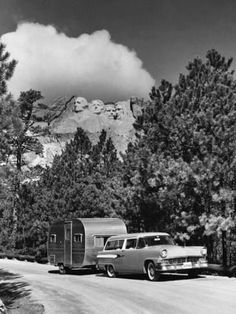 Camping at Mount Rushmore Old Campers, Vintage Campers Trailers, Vintage Caravans, Classic Trailers, Camping Trailers, Camping Photo, Go Camping, Camping Ideas, Vintage Rv