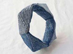 Bracelete feita com jeans velhos. Em:  http://www.fashiondivadesign.com/10-diy-things-to-do-with-old-jeans/  10 DIY Things to Do With Old Jeans