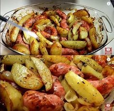 Ingredientes 1 kg de linguiça de sua preferência 4 batatas grandes 4 cebolas médias fatias de bacon 2 colheres (sopa) de margarina ou manteiga Modo de Preparo Lave bem as linguiças, coloque-as em um refratário Acrescente fatias de bacon, as...