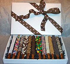 For the serious chocolate-covered pretzel lover! A box full of them.we love this way of displaying! Chocolate Covered Pretzel Rods, Chocolate Dipped Pretzels, Pretzel Dip, Chocolate Treats, Chocolate Covered Strawberries, Cake Chocolate, Pretzel Sticks, Sparkle Cake, Cake Mix Desserts