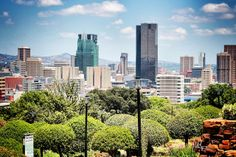 Pretoria. Pretoria es una ciudad situada en la parte norte de la provincia de Gauteng, en Sudáfrica, dentro de la Municipalidad Metropolitana de la Ciudad de Tshwane. Es la capital administrativa de Sudáfrica, junto a las ciudades capitales legislativa de Ciudad del Cabo y la judicial de Bloemfontein.