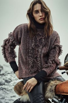 Модный свитер 2017 с крупным роскошным узором с интересными плетениями и мехом - фото обзор коллекции Belstaff.