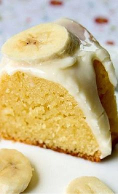 My Banana Pudding Cake With Cream Cheese Glaze is the best banana cake you will EVER taste, I promise! (and super easy to make! Banana Bundt Cake, Banana Pudding Cake, Breakfast Bundt Cake, Chocolate Pudding, Carrot Cake, Köstliche Desserts, Delicious Desserts, Dessert Recipes, Plated Desserts