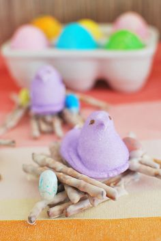 Peeps Nests - the cutest Easter treat! White chocolate covered pretzels with Peeps and candy eggs on top. No bake and perfect for school Easter parties! Easter Dinner, Easter Brunch, Easter Table, Easter Party, Easter Treats, Easter Food, Easter Peeps, White Chocolate Covered Pretzels, Easter Cake Pops