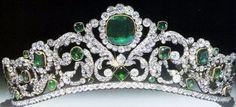 Esta exquisitas temprano siglo 19 esmeraldas y diamantes tiara fue encargado por Louis-Antoine, el duque de Angulema (1775-1844) en 1819, por su esposa la duquesa de Angulema Marie-Therese (1778-1851), la hija mayor del emperador Luis XVI y la reina consorte María Antonieta, que fueron ejecutados en la guillotina en 1793 durante los disturbios de la Revolución Francesa.