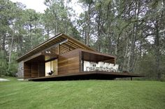 Precious Tips for Outdoor Gardens In general, almost half of the houses in the world… Tyni House, Country Modern Home, Modern Cottage, Commercial Architecture, Modular Homes, House In The Woods, Modern House Design, Architecture Design, House Plans