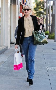 2012 > LINDSAY LOHAN SHOPPING FOR A CELL PHONE IN BEVERLY HILLS