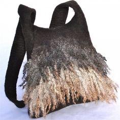 Sac en pure laine de mouton non teintée, sans coutures, épais et très résistant, avec mèches de toison brute. Comporte une poche intérieure. Ce sac vous accompagnera aussi bien lors de vos escapades dans la nature que dans vos activités […]