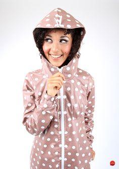 Einfach mal im Regen tanzen mit dieser bepunkteten Regenjacke in rosa / light pink slicker with polka dots made by meko via DaWanda.com