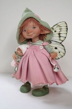 """materiaal is prosculpt en fimo """" the fairy puppets"""" they are betwee. Tiny Dolls, Ooak Dolls, Art Dolls, Clay Fairy House, Polymer Clay Embroidery, Kobold, Mini Fairy Garden, Elves And Fairies, Fairy Figurines"""