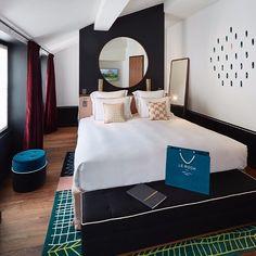 « Miroir, mon beau miroir dis-moi ce qu'il se cache derrière cette tête de lit ? »   Venez découvrir la réponse en séjournant au Roch Hotel & Spa 😍   #hotel #paris #walkingcloset #lerochhotelandspa #luxe #shopping