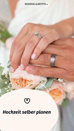 Für eine einmalige Traumhochzeit braucht es die perfekte Planung. Wir haben eine Hochzeitscheckliste für Dich, mit deren Hilfe Du alle Deine Hochzeit selber planen kannst, sowie inspirierende Ideen und Tipps von einem Hochzeitsprofi findest. Engagement Rings, Jewelry, Perfect Wedding, Celebration, Tips, Ideas, Enagement Rings, Wedding Rings, Jewlery