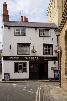 The Bear Pub, Oxford, England. The Bear is reputed to be the oldest pub in Oxford, dating from 1242.