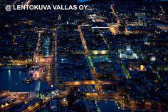 Helsingin keskustaa yövalaistuksessa Ilmakuva: Lentokuva Vallas Oy