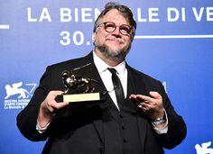CIUDAD DE MÉXICO. (proceso.com.mx)- El cineasta mexicano Guillermo del Toro obtuvo el León de Oro a Mejor Película por su largometraje estadunidense The shape of water (La forma del agua) en la 74 edición del Festival Internacional de Cine de Venecia, efectuado del 30 de agosto al 9 de septiembre de 2017. Es el tercerLeer más