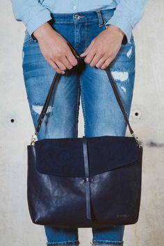 Modieus, chique, maar nog steeds een beetje speels .. Deze super handige tas heeft het allemaal, en ziet er geweldig uit met het normale en suede leer. Draag het bandje zoals jij dat wilt: lang, kort, niet .. alles is mogelijk met deze geweldige handtas! Expert leerlooier Patrick Lee heeft een gloednieuwe eco-leer, Midnight Blue …