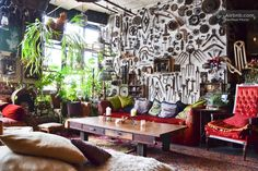 """Loft en Brooklyn, Estados Unidos. Take advantage of this exciting opportunity to stay at the fabled House of Collection.  As featured in the New York Times' Home & Garden (email hidden) in Cabinet of Curiosities"""") as well as various short films & music videos (one of our favorites..."""
