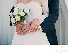 Företagsfoto - Porträttfoto - Bröllopsfotograf - Sensuell stund utanför kyrka i Stenungsund: Brud, brudgum och blombukett. Till det ett vackert ljus och detta känsligt fångade ögonblick är ett faktum. Location: Stenungsunds kyrka, Stenungsund. Keywords: Bröllop (36), Stenungsunds kapell (6), Villa Sjötorp (6), wedding (35).