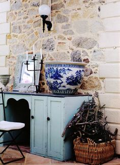 another great design on how to decorate with your beautiful blue white ceramics!!!!!!!