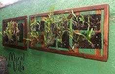 Molduras de janelas usadas viram suporte de plantas