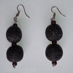 mit zwei vom Lavastein inspirierten Perlen with two lava stone inspired con dos perlas inspiradas en piedra de lava Dangle Earrings, Hanging Earrings, Dangles, Handmade Jewelry, Fashion Jewelry, Etsy, Jewelry Accessories, Stone, Unique