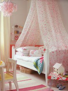 Convertir una simple cama en una cama de princesa no es muy díficil, coloca un dosel realizado con un visillo ligero de algodón que envuelva la cama con este aire mágico.