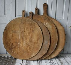 old breadboards The Bohemian Kitchen, via Earth's Kitchen Wooden Bread Board, Objet Deco Design, Bohemian Kitchen, Bohemian Homes, Wood Cutting Boards, Chopping Boards, Primitive Antiques, Wooden Kitchen, Wooden Bowls