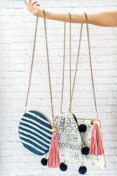 With a playful pattern and stylish tassels and pom pom charms, these bags transition perfectly from daytime into the night. Diy Sac, Diy Handbag, Boho Bags, Handmade Bags, Bag Making, Purses And Handbags, Fashion Bags, Crochet Bags, Bag Accessories