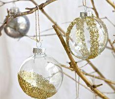 jolie decoration avec boules de noel en verre, boule de noel transparente