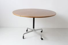 EAMES DINING TABLE 6 PERSONS: https://www.galerie44.com/collection/mobilier/table-eames-6-personnes-edition-herman-miller-1950-details