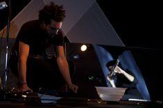 Il musicista Gianfranco De Franco debutta con la performance Quiet room a Primavera dei Teatri 2014.