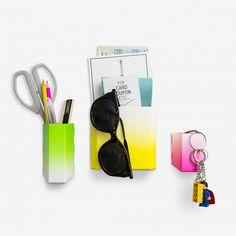 """Ein Set aus 3 eleganten """"Taschen"""" in unterschiedlichen Größen, die Sie überall in ihrem Wohnung mit einem Magnet anbringen können, um ihre Lieblingsstücke zu verstauen und nie wieder zu vergessen. Je 3 Stück, flach verpackt. 3 Modelle : Gradient bright, Nordic silver, Notebook."""