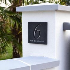 Choisissez une belle plaque en ardoise avec chiffres découpés pour votre nouvelle maison. Vous pouvez rajouter votre nom ou le nom de rue. La plaque sera unique