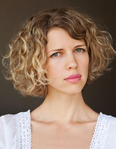 Short curly bob hairstyles with side bangs for thick hair with dark brown blonde hair color Bob Haircut Curly, Wavy Bob Hairstyles, Haircuts For Curly Hair, Haircut For Thick Hair, Trendy Haircuts, Bob Haircuts, Pageboy Haircut, Undercut Bob, Casual Hairstyles