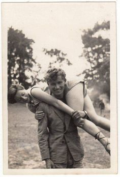 how easy! - - vintage black and white cute retro photo photography real Vintage Romance, Vintage Love, Vintage Kiss, Vintage Beauty, Vintage Black, Retro Vintage, Vintage Couples, Cute Couples, Old Fashioned Love