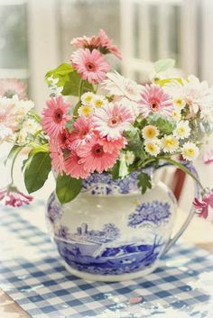Daisies in a blue and white pitcher....sweeeet!