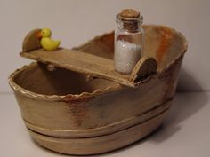 Pequeñeces: ¡Al agua patos! How to. make a mini wash basin Dollhouse Miniature Tutorials, Miniature Crafts, Miniature Fairy Gardens, Miniature Houses, Diy Dollhouse, Miniature Dolls, Dollhouse Miniatures, Antique Dollhouse, Fairy Furniture