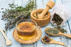 Herbal remedies can mean the difference between life and death when you can't get to a doctor or buy medication. It's time to take a lesson from them and learn about some of the best plants to use when you're injured or sick. Natural Flu Remedies, Herbal Remedies, Calming Tea, Vitamine B6, La Constipation, Herb Salad, Stress, Recipes, Canela