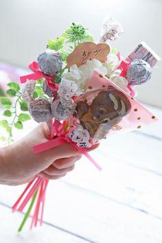 ホワイトデーに♪ 100均アイテムを使ったキャンディブーケの作り方 : 窪田千紘フォトスタイリングWebマガジン「Klastyling」暮らす+スタイリング Powered by ライブドアブログ How To Preserve Flowers, Artificial Flowers, Projects To Try, Bouquet, Wraps, Candy, Snacks, Fake Flowers, Appetizers