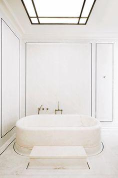 La salle de bain principale joue sur les nuances de marbre Estremoz entre le rose et le blanc, surligné d'un filet d'ardoise verte.