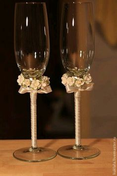 Wedding Wine Glasses, Diy Wine Glasses, Glitter Glasses, Decorated Wine Glasses, Wedding Champagne Flutes, Painted Wine Glasses, Champagne Glasses, Wedding Crafts, Diy Wedding Decorations
