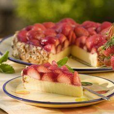 """Jede Menge frische Erdbeeren – das ist das Geheimnis dieses erfrischenden Käsekuchens. """"Und in nur zehn Minuten ist der Teig fertig"""", begründet..."""