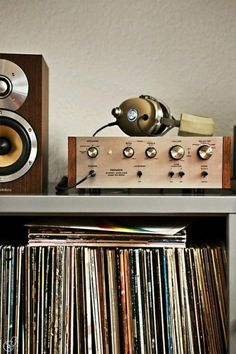 Vintage hifi pioneer and old vinyls collection. My first stereo was a Pioneer. I've never had a better sound. Radios, Pub Radio, Music Radio, Music Music, Mundo Musical, Record Players, Record Collection, Audiophile, Vinyls