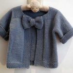 Free knitting pattern - baby cardigan complete with a bow! Baby Knitting Patterns, Knitting For Kids, Crochet For Kids, Baby Patterns, Free Knitting, Crochet Baby, Knit Crochet, Baby Pullover, Baby Cardigan
