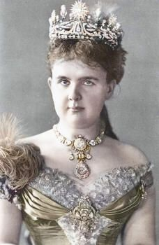Queen Emma of the Netherlands wearing the Van Kempen parure. In 1879, Dutch jeweller Van Kempen was commissioned by King Willem III to create a diamond and pearl parure for his new wife, Queen Emma, née princess of Waldeck and Pyrmont.